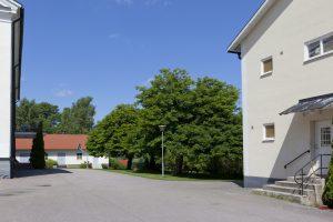 Skolhuset, gården och akut/utredningsenhetens trapp till vänster